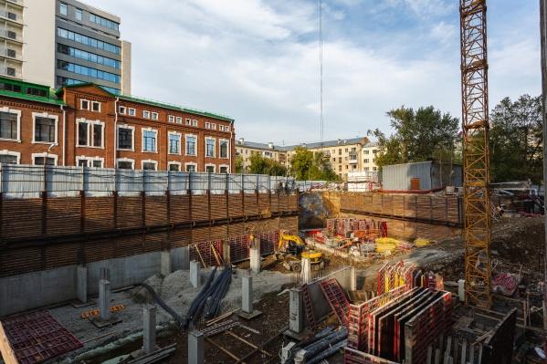 Сейчас строители занимаются фундаментом последней секции