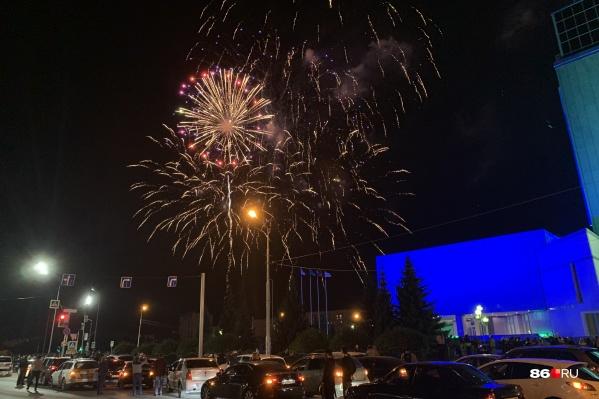 Посмотреть на праздничный салют приехало несколько сотен сургутян