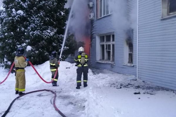 С огнем в трехэтажном заводском здании на Безымянке борются 70 пожарных
