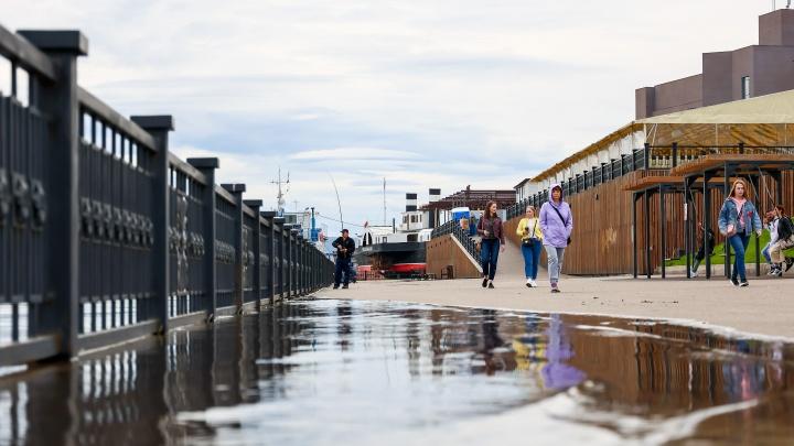 Енисей вышел из берегов и подтопил набережную в районе БКЗ. Фотоподборка