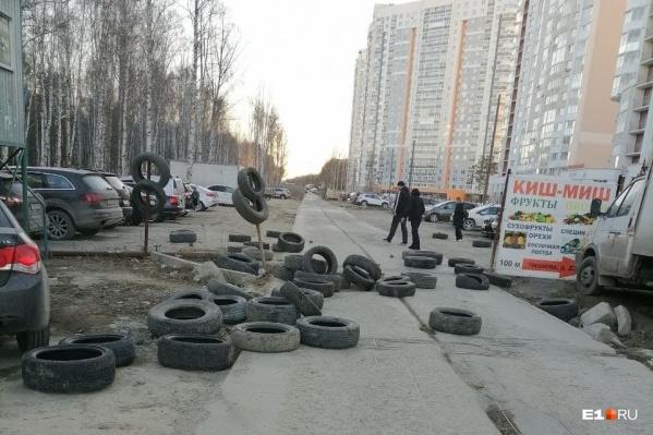 Сейчас жители района ездят по бетонным плитам