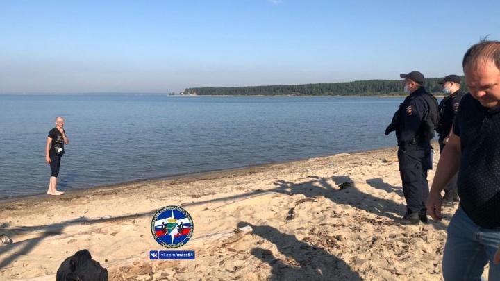 На Центральном пляже Академгородка мужчина угрожал покончить с собой — понадобилась помощь спасателей и полиции