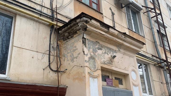 Каски не полагаются: дом в центре Волгограда угрожает волгоградцам падающими кирпичами