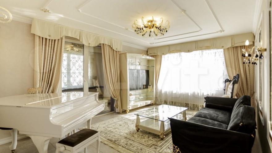 """Много золота, круглая кровать, рояль и верблюды: в центре Новокузнецка продают «трешку» за <nobr class=""""_"""">20 млн</nobr>"""