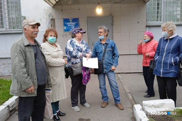 Шесть «делегатов» приехали к зданию полиции, чтобы узнать, как продвигается уголовное дело