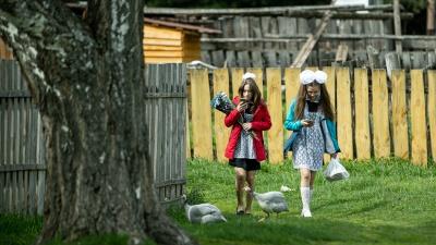 Место в Сибири, где почти не осталось детей. Репортаж с последнего звонка в маленькой таежной школе