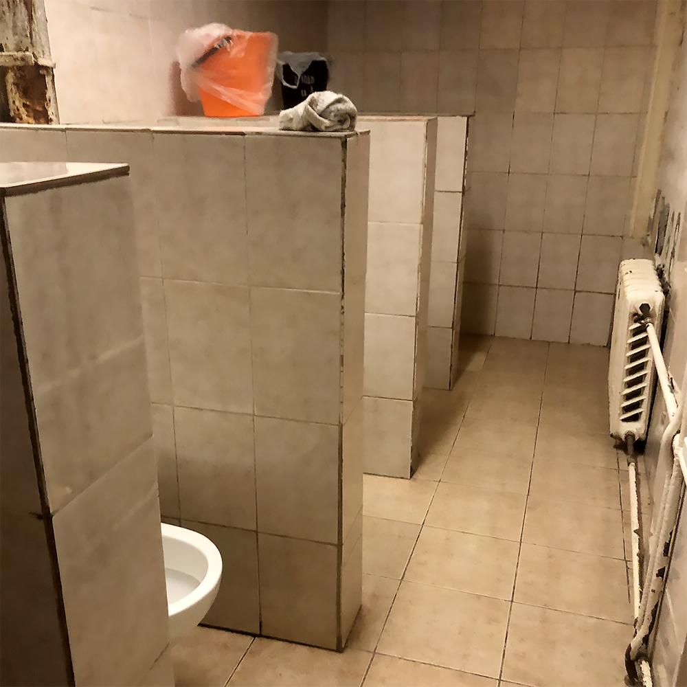 На втором этаже санузел для мужчин и женщин совмещен