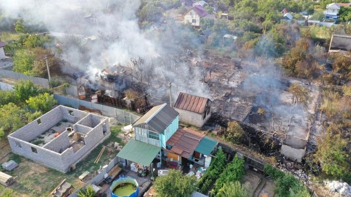 В крупном пожаре на дачах на севере Волгограда подозревают водителя КАМАЗа