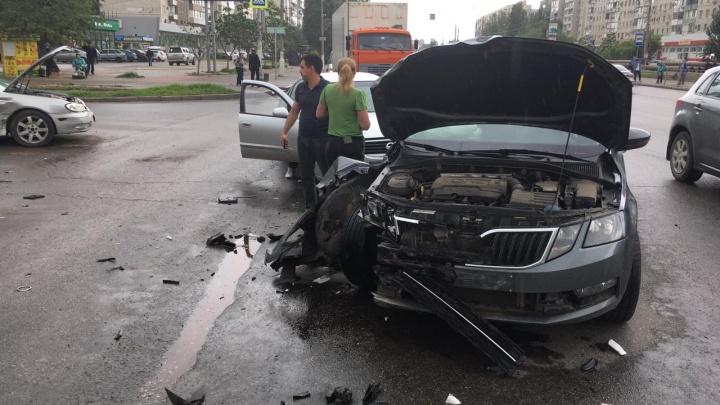 Нос автомобиля разворотило: на юге Волгограда столкнулись три иномарки