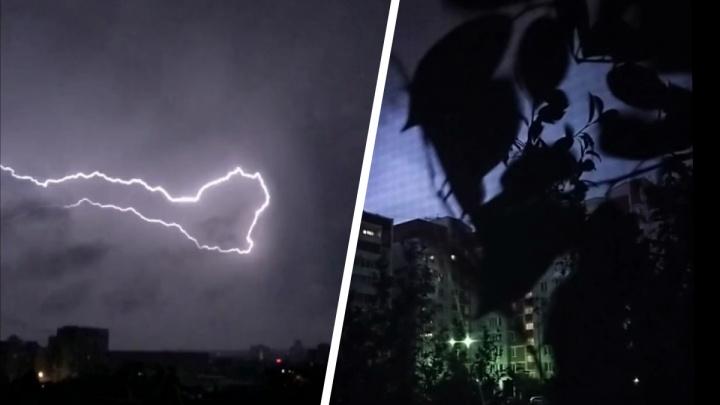 «Ветер гнул деревья, в небе сверкали молнии»: Екатеринбург накрыло мощным штормом. Онлайн