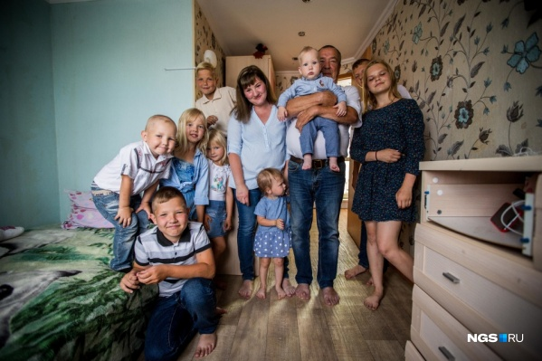 """На этой фотографии Усовы еще с <nobr class=""""_"""">9 детьми</nobr>, а Оксана ждет <nobr class=""""_"""">10-го</nobr>. Вскоре у семьи родилась еще одна девочка"""