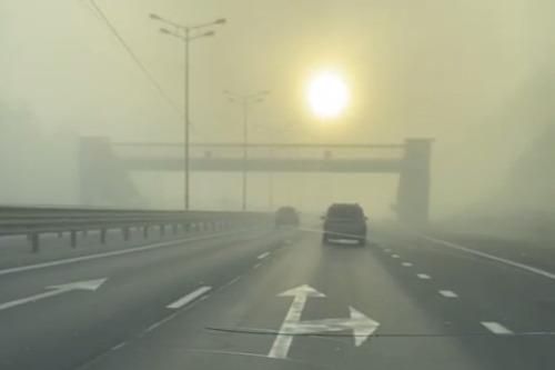 «Едешь как в молоке». Трассу под Екатеринбургом затянуло едким дымом