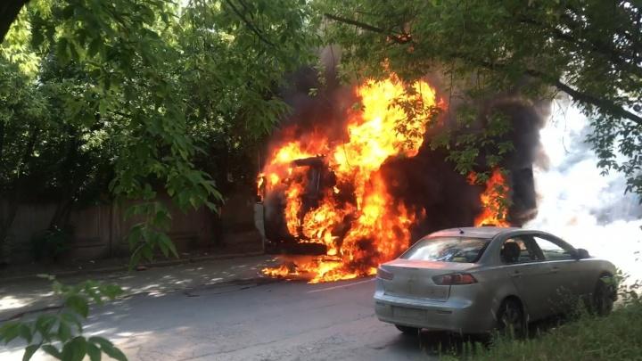 «Потекла солярка, после — взрыв»: на Вторчермете посреди дороги сгорел грузовик
