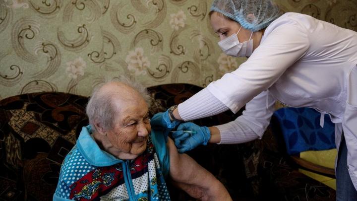 Вакцинация на диване: как делают прививки от коронавируса за городом