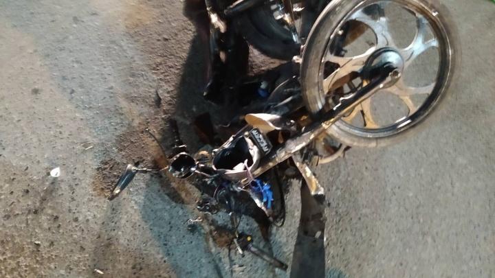 Шлем раскололся на несколько частей: в Ялуторовске 16-летний мотоциклист устроил серьезное ДТП
