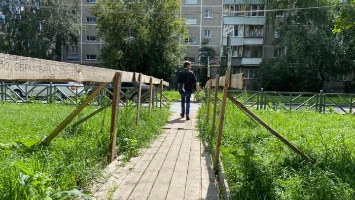 «Вопреки нормам и здравому смыслу». Екатеринбуржцы жалуются на переход, на котором не видно ни детей, ни взрослых