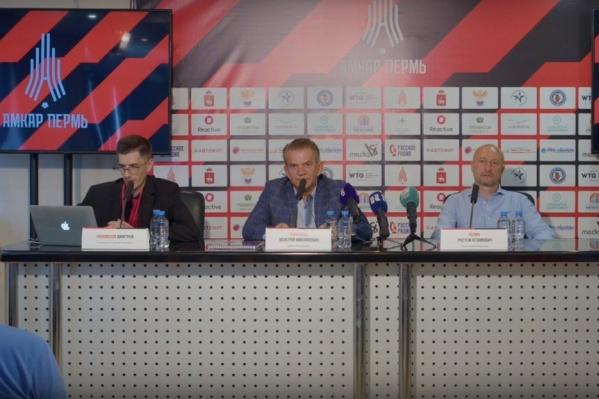 На вопросы отвечали тренер Рустем Хузин (справа) и президент клуба Валерий Чупраков (в центре)