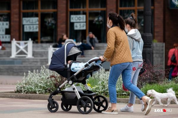 Первую выплату получают все родители, а дальше всё зависит от их материального положения
