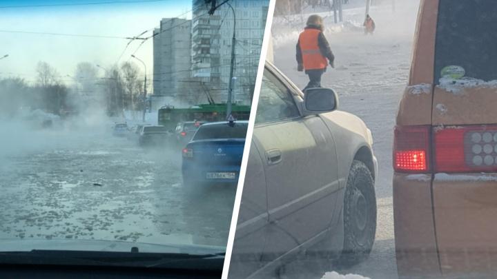 «Почему бы и не поплавать»: по улице Бориса Богаткова разлилась вода — над дорогой поднялся пар
