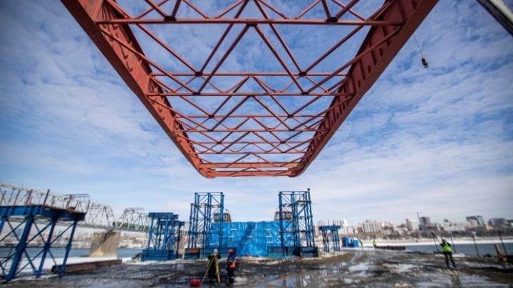 На стройке четвертого моста через Обь в Новосибирске опрокинулся кран