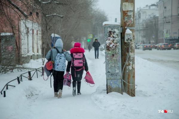 Власти говорят, что на рост числа простывших детей повлиял как сезон заболеваемости, так и резкий перепад температур