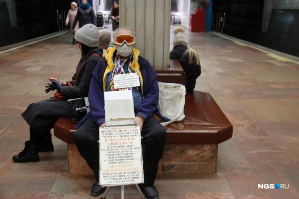 В метро внимательно следят, носят ли люди маски. По крайней мере возле турникетов