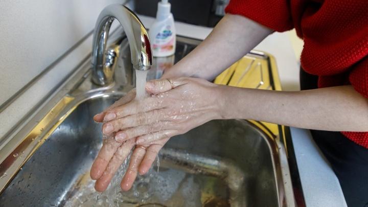 Дети, старики и 40-градусная жара. В Волгограде без воды оставлены многоквартирные дома