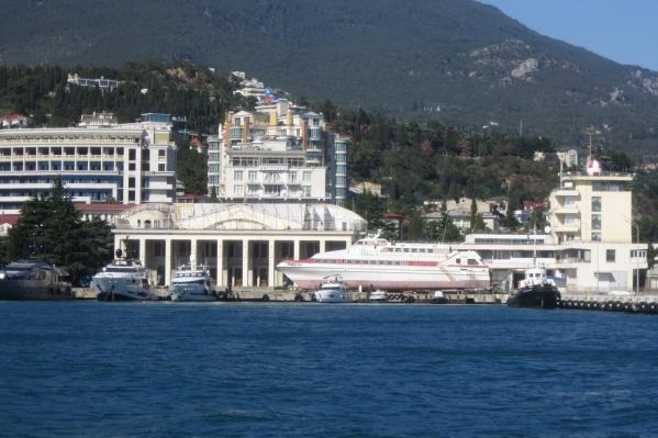 — Хотите сэкономить — выбирайте жилье подальше от моря, — советует Евгения