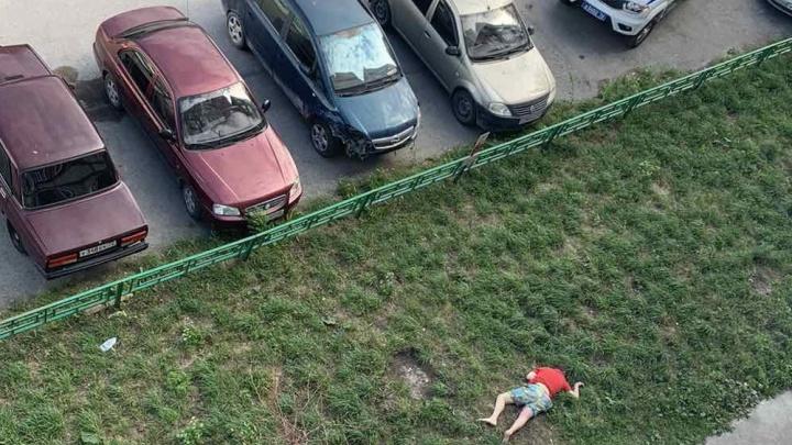 В Тюмени под окнами многоэтажки нашли тело мужчины