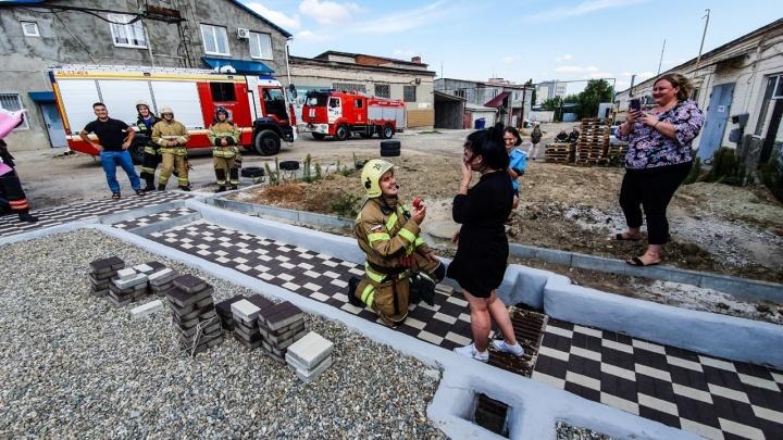 «По второму номеру ехали»: в Волгограде пожарный сделал необычное предложение своей будущей жене