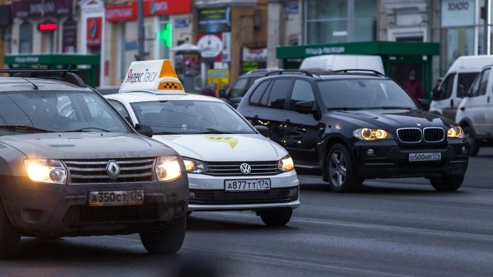 Челябинские власти отказались от идеи пересадить таксистов только на белые или желтые машины