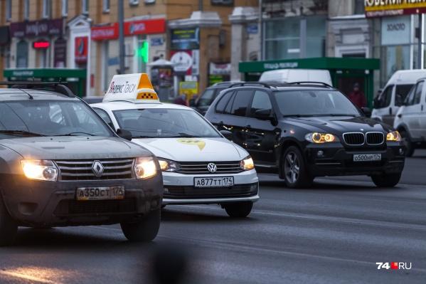 Уже сейчас большинство машин такси имеют специальную маркировку, а вот цвет автомобилей не регулировался