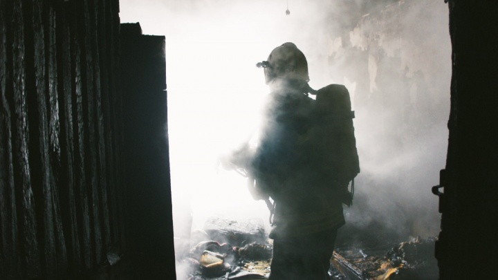 В уфимской многоэтажке сгорела квартира, скончались два человека. Момент пожара попал на видео
