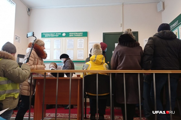 Люди ждут выхода Хабирова