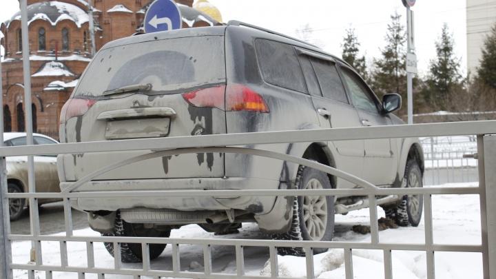 Город грязи: смотрим на замызганные новосибирские машины — не видно даже госномеров (фоторепортаж с улиц)