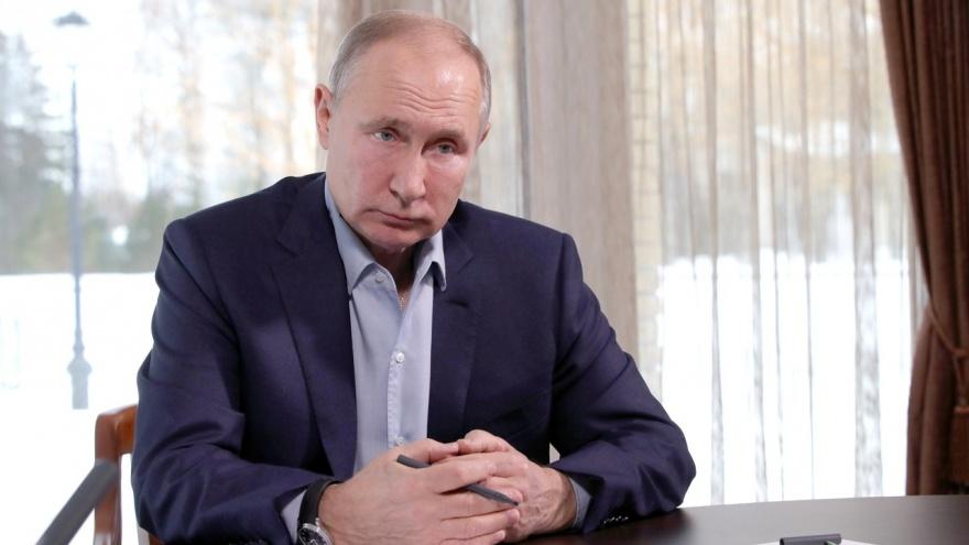 «Скучно, девочки»: Путин высказался про дворец в Геленджике и протестные акции