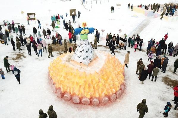 В прошлом году для чучела Масленицы «разожгли» костер из снега