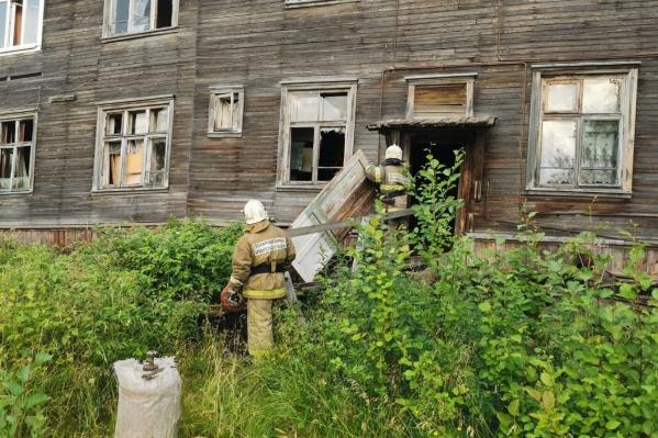 Местные пожарные осмотрели здание. Жильцов разместили во временном помещении