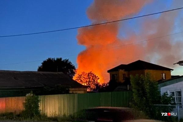 Дым от этого пожара тюменцы заметили даже из других районов города