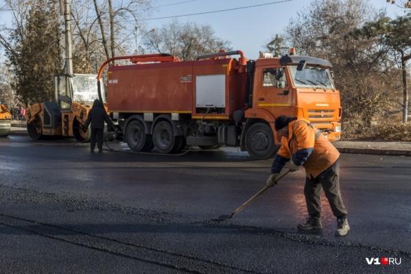 Несмотря на морозы, волгоградские дорожники стелили асфальт по современным технологиям