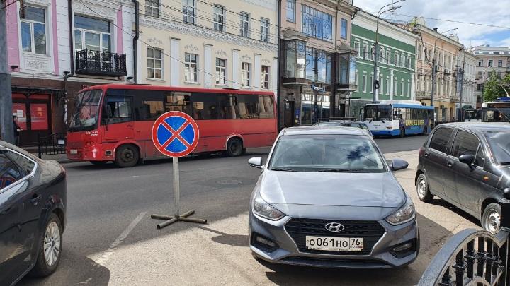 Мэрия Ярославля ограничила парковку на Комсомольской улице. Никто не послушался