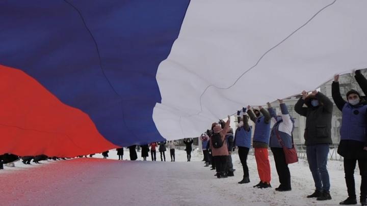 В Архангельске люди без согласования вышли «за Путина» с огромным триколором. Полиции не было