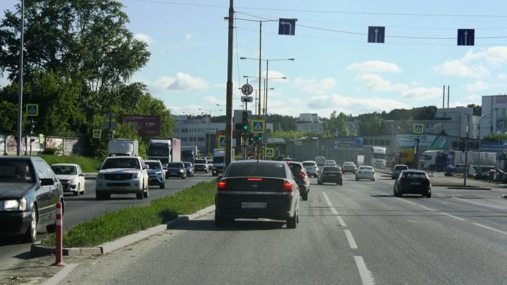 В Екатеринбурге из-за ремонта моста водители стали массово нарушать правила: видео