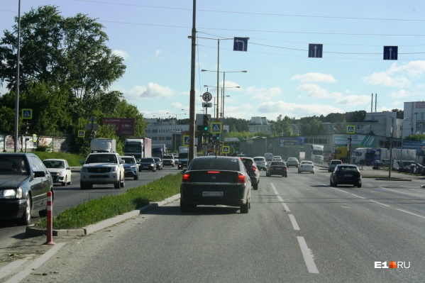 На перекрестке водители стали массово разворачиваться, несмотря на запрещающий знак