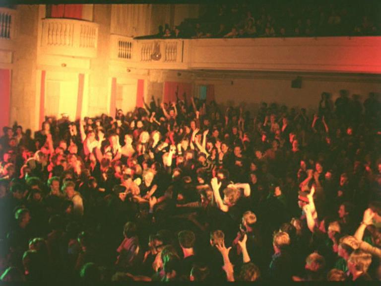 ЗалЛенинградского рок-клуба. Кадр из фильма «Взломщик»