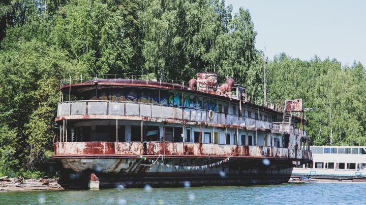 Приплыли: некогда роскошный пароход «Уфа» превратился в призрака Павловского водохранилища
