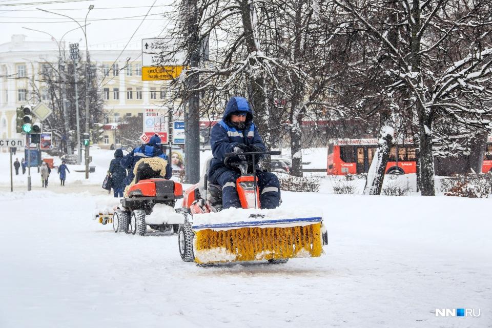 Снегоуборочной техники на дорогах города за 15 лет стало действительно больше — появились даже такие машинки для чистки тротуаров