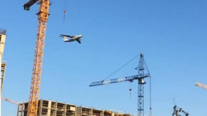 «Было очень страшно». В Екатеринбурге самолет пролетел над домами. Видео