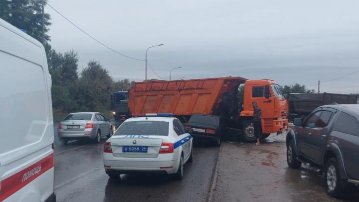 Двое мужчин пострадали в крупной аварии с КАМАЗом в Волгограде