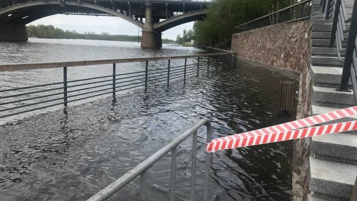 Вода затопила и новую правобережную набережную: фотоподборка